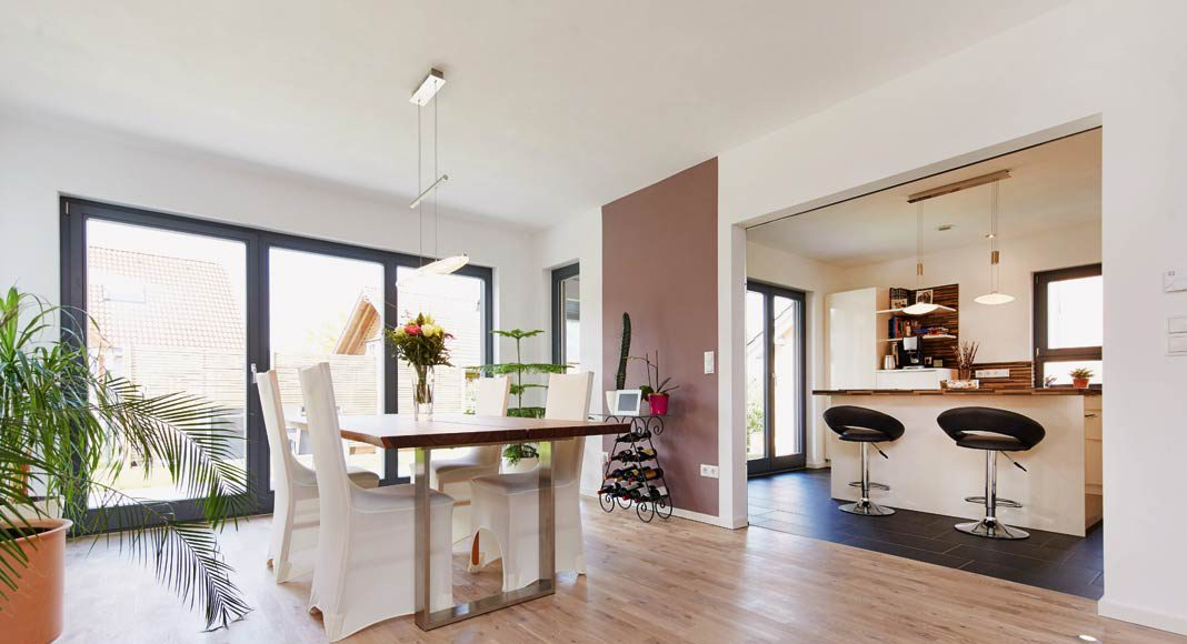 Durch die beiden Wandscheiben wird eine dezente optische Abtrennung der Küche und des Wohn- und Essbereichs erreicht.