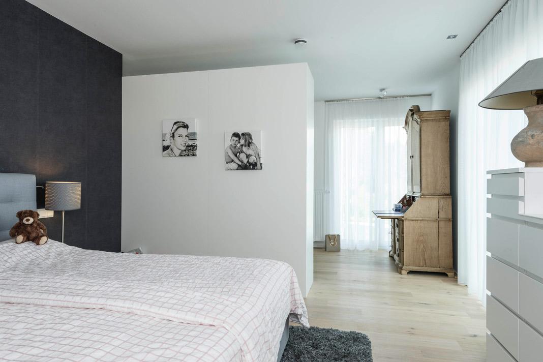 Auch im Schlafbereich sorgen bodentiefe Fenster für eine lichte Atmosphäre. Foto: ARGE-HAUS