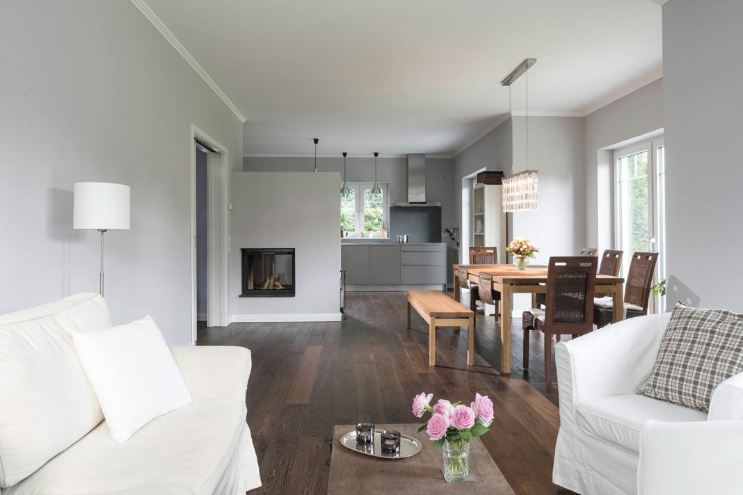 Der großzügige Wohn-Ess- und Küchenbereich bildet das Zentrum des Erdgeschosses. Foto: ARGE-HAUS