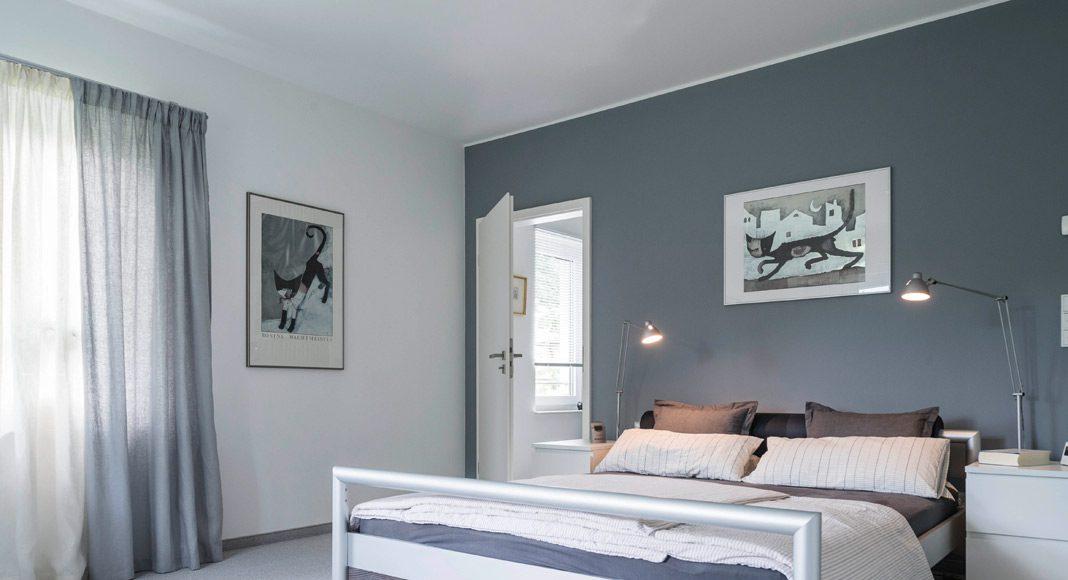 Das Schlafzimmer in dezenten Farben strahlt Ruhe aus. Foto: ARGE-HAUS