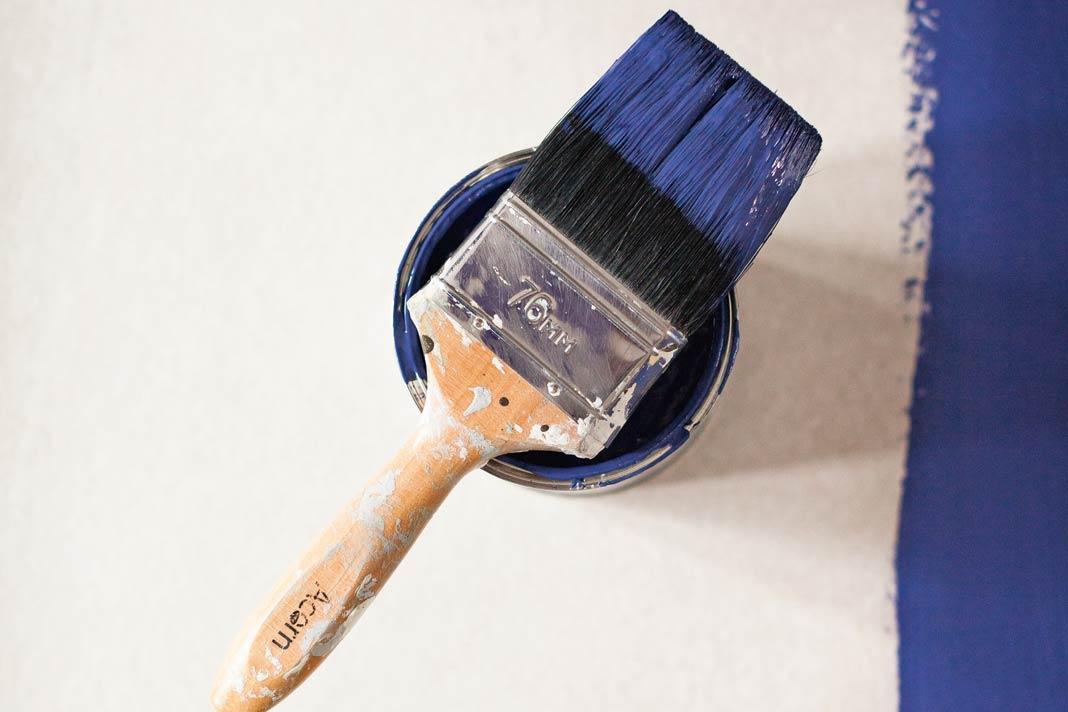 Wer geschickt ist, Zeit und Lust hat, kann bei Wandfarben auch selbst zu Pinsel und Rolle greifen.
