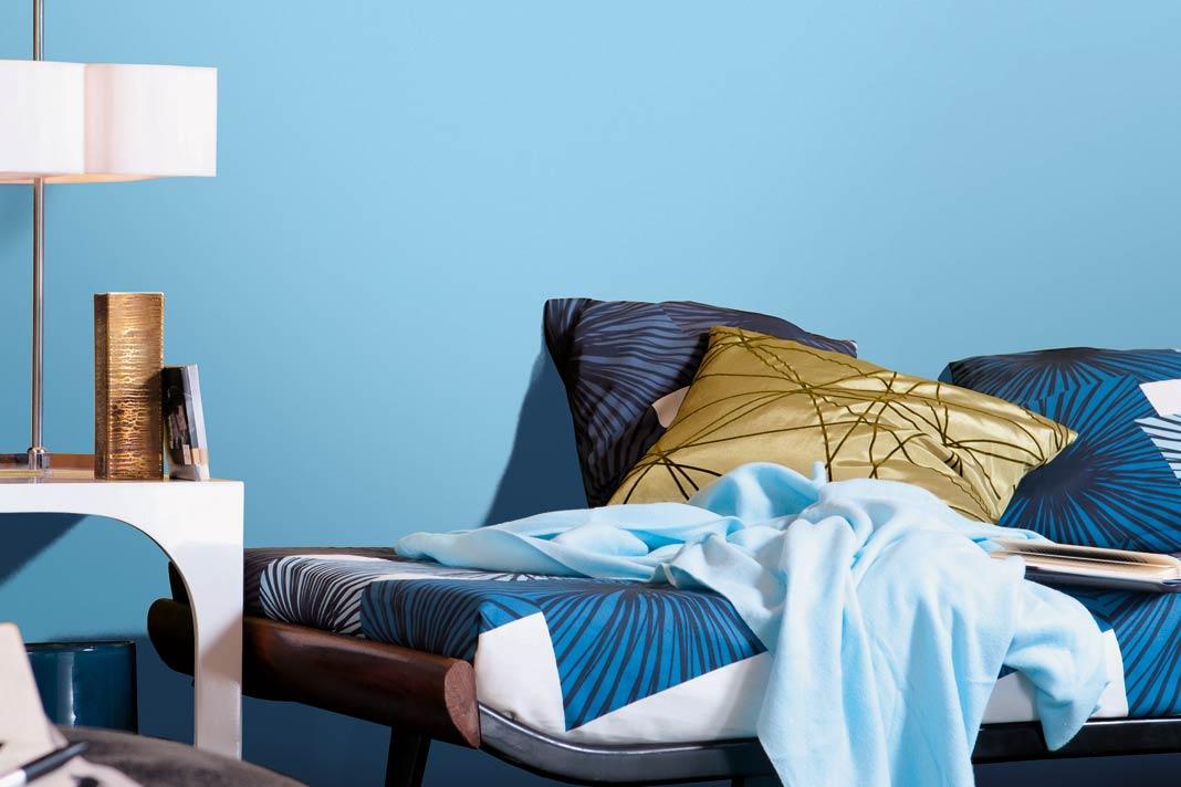 Eine Wand in freundlichem Blauton verschafft gestressten Gemüter, gleich ein wenig Gelassenheit.