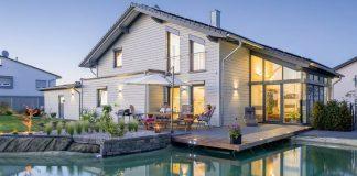 Große Fensterflächen und Festverglasungen bringen üppig Tageslicht in alle Räume.