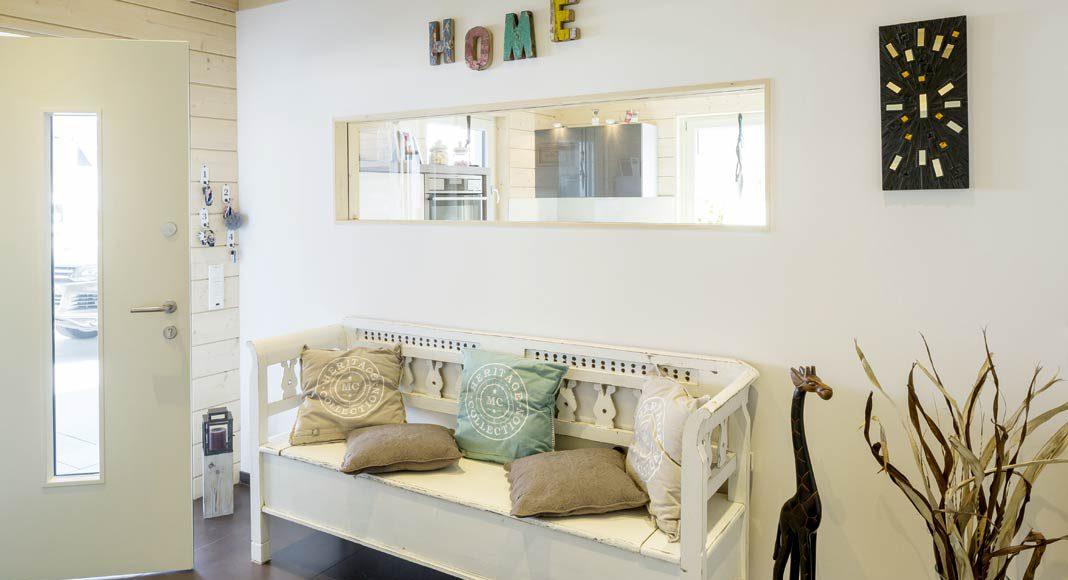 Von der Diele aus, in der eine gemütliche Sitzbank empfängt, sind bereits erste neugierige Blicke in die Küche möglich.