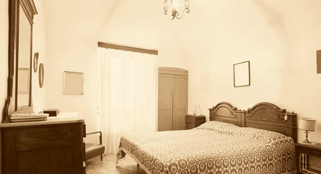 Muffig und zugestellt – das Schlafzimmer war tagsüber verlassen.