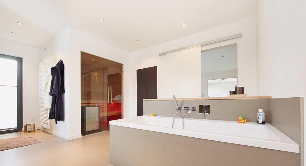 Doppelwaschtisch, großformatiger Spiegelschrank, eine Wanne für zwei, TV und Internet sowie eine integrierte Sauna.