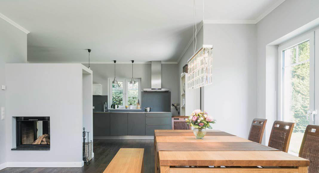 Holz am Boden und im Möbelbereich.