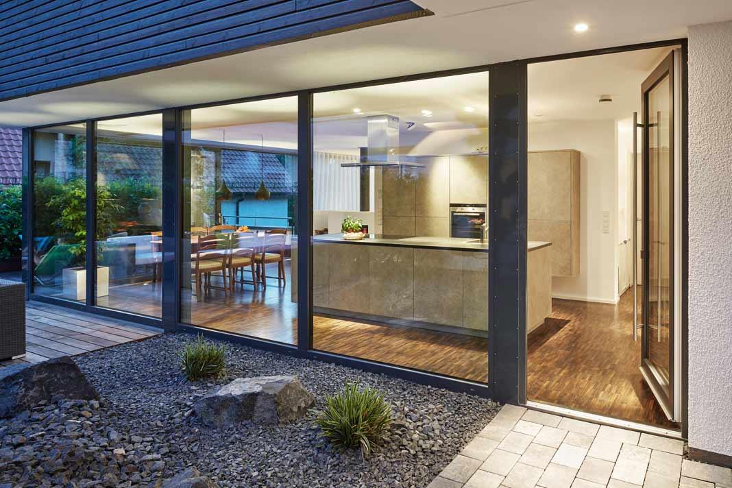 Der Innenhof mit Steingarten ist unter anderem über Küche und Esszimmer zu erreichen.