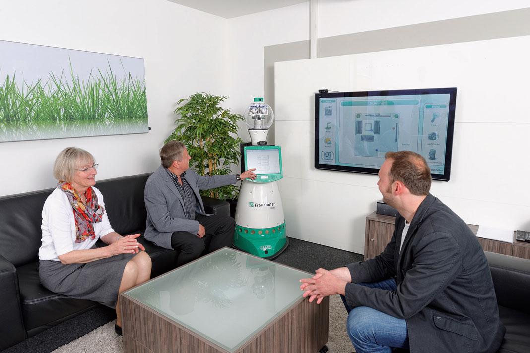 Der Roboter mit den Kulleraugen versteht Fragen und Anweisungen der Bewohner, informiert über eingehende E-Mails und holt im Notfall Hilfe.