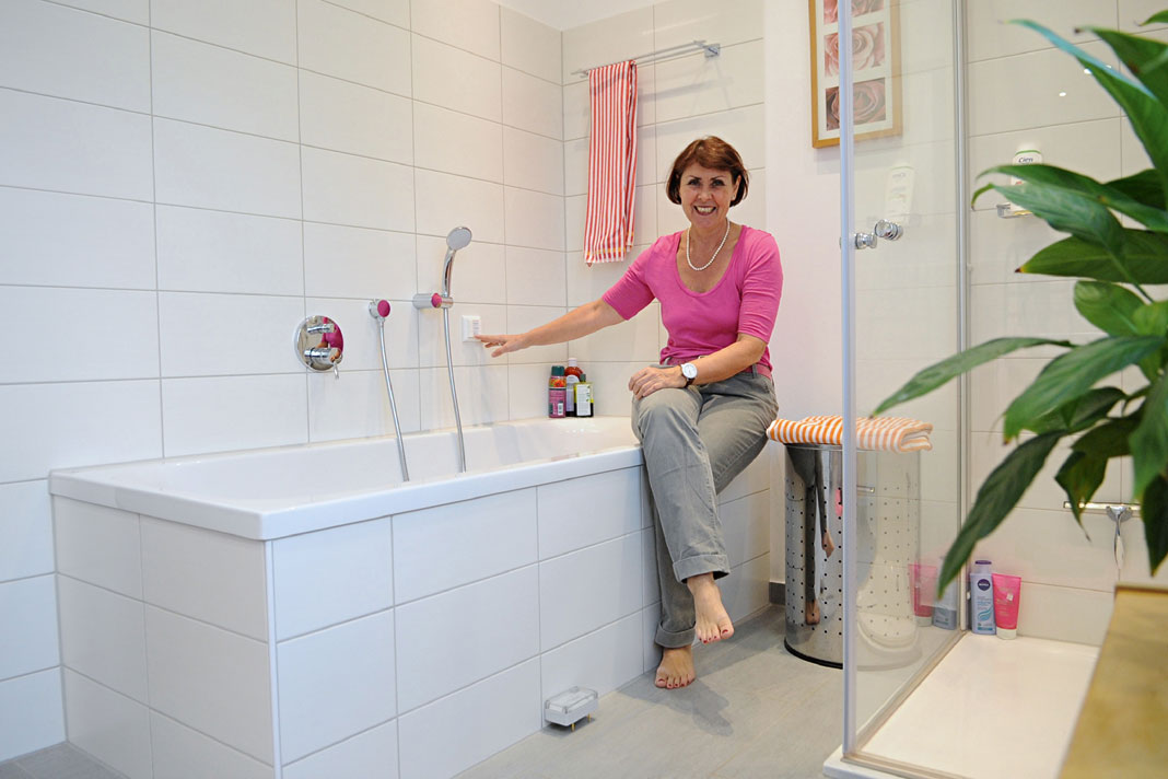 Notrufschalter über der Badewanne.