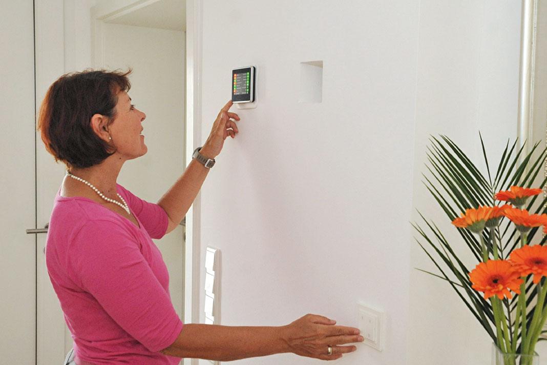 Bei Verlassen dieses smarten Hauses sieht man am Display, ob noch Fenster oder Türen geöffnet sind.