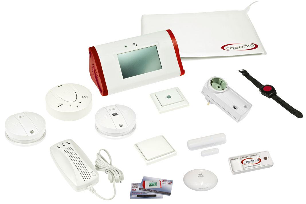 In der Hauszentrale mit Touchscreen (oben) laufen Daten der Sensoren zusammen, etwa des Bewegungsmelders, der Temperaturfühler, des Notruf Armbandes, und werden an den Rechner des Anbieters im Internet weitergeleitet.
