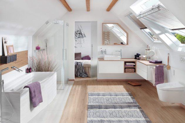 Bei diesem großzügigen Bad en suite sorgen Schwingfenster für viel Tageslicht und ein schnelles Entweichen der feuchten Luft. Foto: Velux Deutschland GmbH