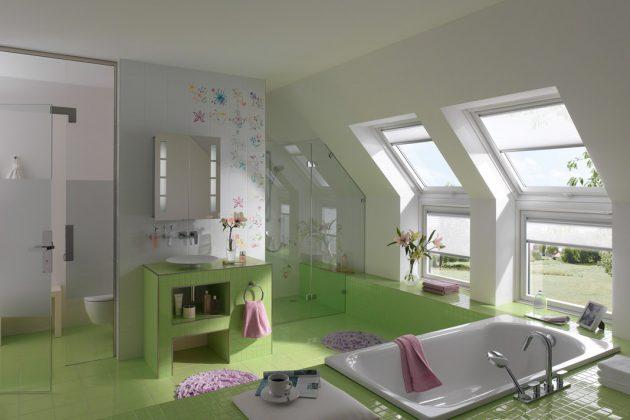 Mehr Lichteinfall und Ausblick auch für die Kleinsten: Bei Bädern in Dachgeschossen mit Kniestock kann die Fensterfläche unterhalb des Dachfenstern mit einem feststehenden Zusatzelement bis auf den Boden verlängert werden. Foto: Velux GmbH Deutschland
