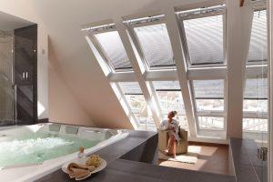 Bei entsprechender Statik ist auch Luxus pur im Bad im Dachgeschoss möglich. Drei Velux Lichtbänder und drei Velux Integra Elektrofenster, die sich per Funksteuerung öffnen lassen, erlauben einen schönen Blick auf die Stadt. Foto: Velux Deutschland GmbH