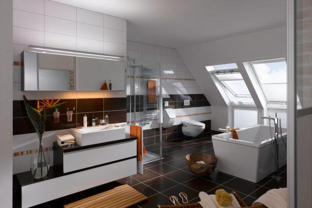 Große Klapp-Schwing-Fenster leiten in Kombination mit dem bis zum Boden reichenden senkrechten Zusatzelement viel Sonnenlicht in das edle Bad im Dachgeschoss. Foto: Velux Deutschland GmbH