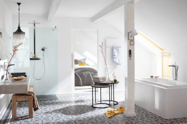 Mit marokkanischem Flair präsentiert sich dieses Dachgeschoss-Bad. Der Bodenbelag besteht aus zweifarbigen Zementfliesen im orientalischen Muster. Foto: Velux Deutschland GmbH