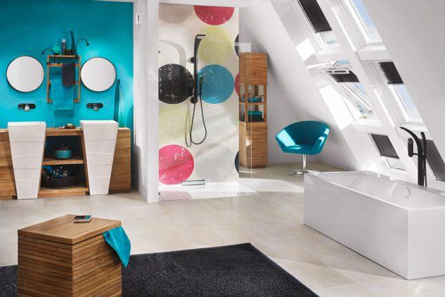 Farbkontraste und die Design-Dost an der Duschwand sind die Ehecatcher. Ins rechte Licht gesetzt werden die fröhlichen Punkte von sechs Dachfenstern. Foto: Velux Deutschland GmbH