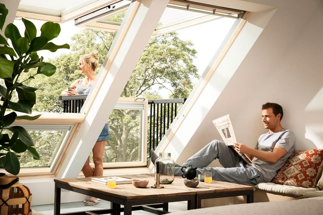 Mit der Fensterlösung Velux Cabrio lässt sich im Handumdrehen ein kleiner Balkon einrichten. Foto: Velux