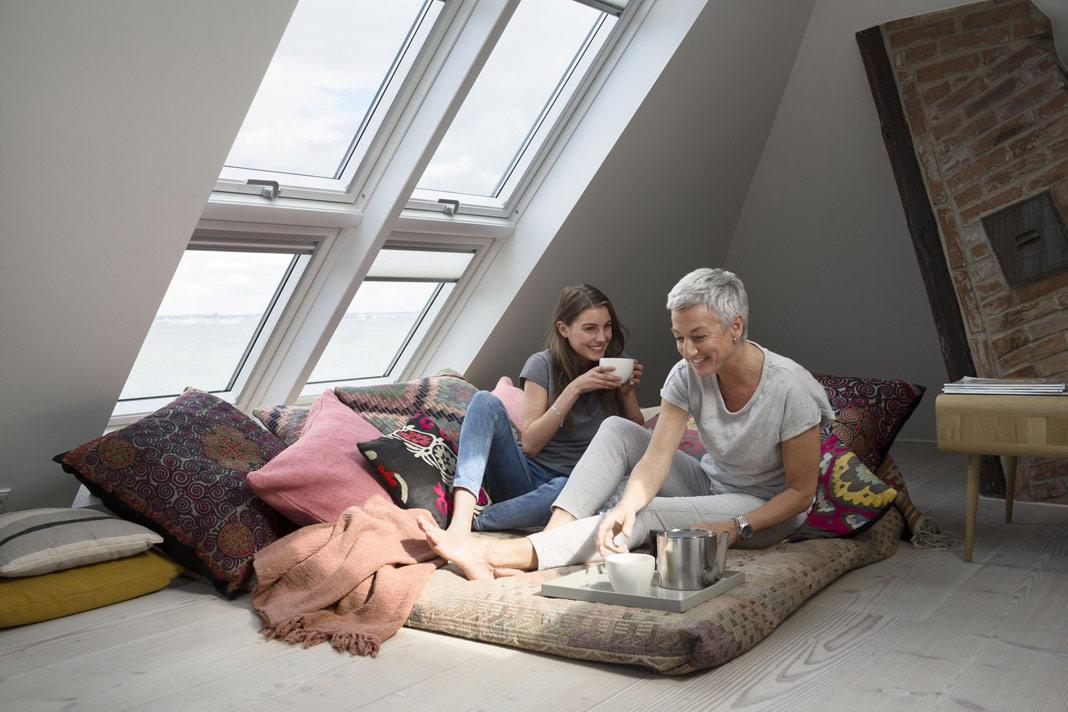 """Kombinationen aus Dachfenstern mit feststehendem Zusatzelement unten – wie etwa die Velux Systemlösung """"Quartett"""" – schaffen in Dachräumen eine Lichtfläche vom Boden bis fast zur Decke. Foto: Velux"""