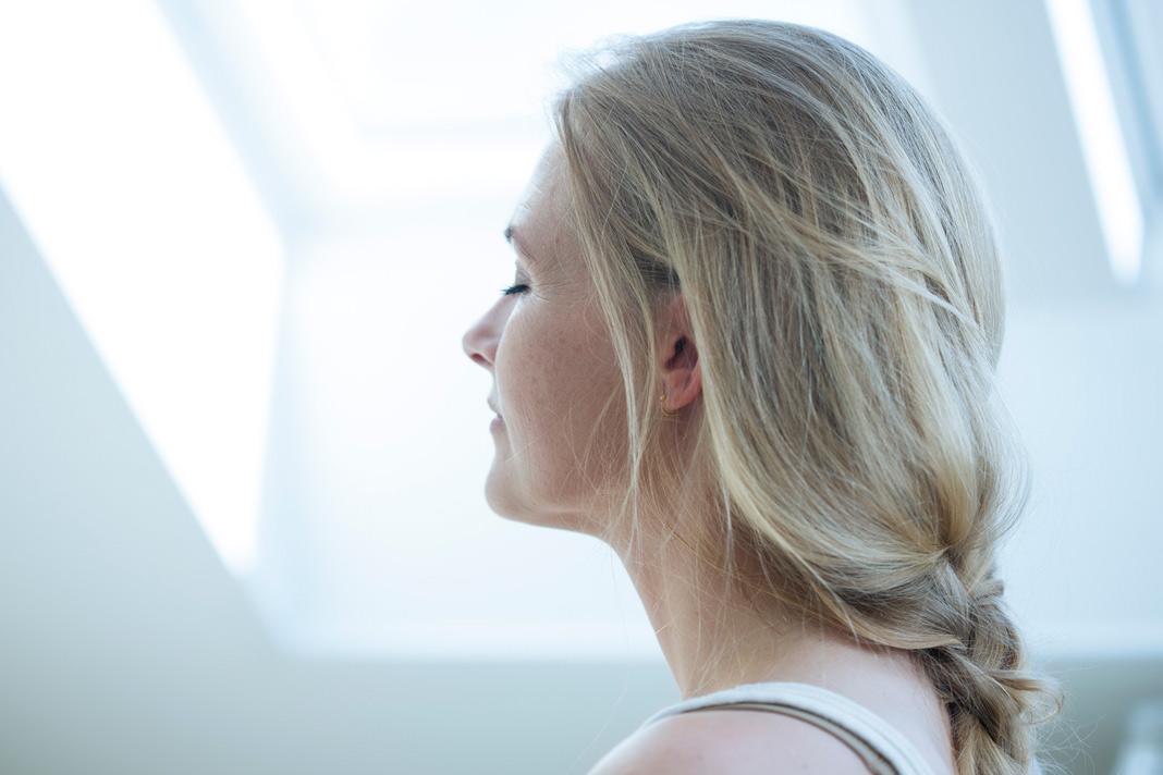 Tageslicht macht glücklich: Die hellen Sonnenstrahlen wirken über das Auge direkt und positiv auf das Gehirn und begünstigen dort die Bildung des Glückshormons Serotonin. Foto: Velux