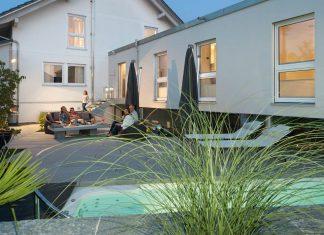 Durch den Anbau entstand ein geschütztes Freiluft-Areal mit Sonnenterrasse, Pool und Grillplatz.
