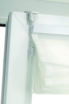 Einfache Befestigung für das Raffrollo direkt am Fenster. Foto: Gardinia