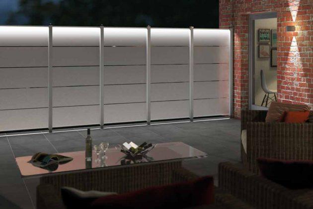 Sichtschutz aus Glas mit hellen Aluminiumpfosten.