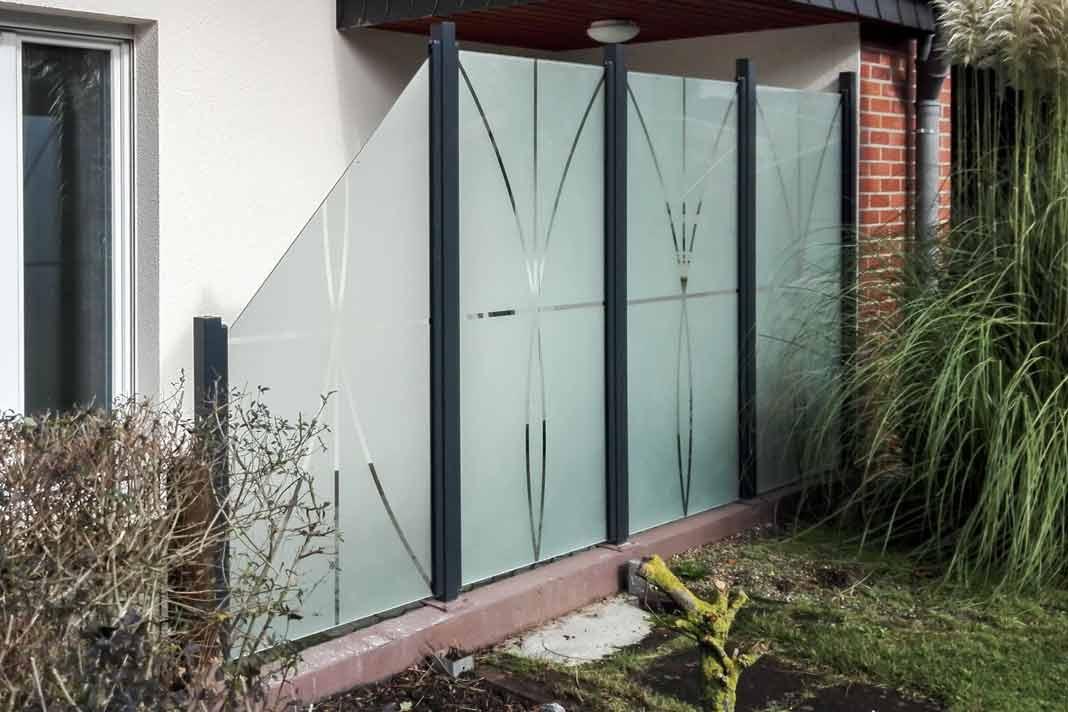 hübscher Sichtschutz/Windschutz aus Glas mit Schrägschnitt