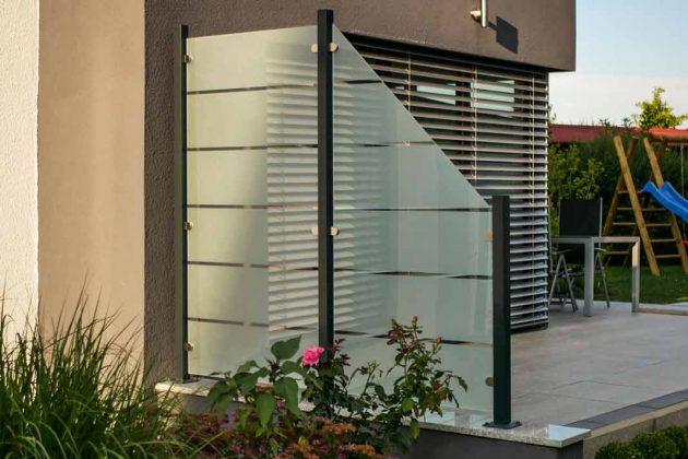 Windschutz/Sichtschutz/Lärmschutz aus Glas mit Streifenmuster