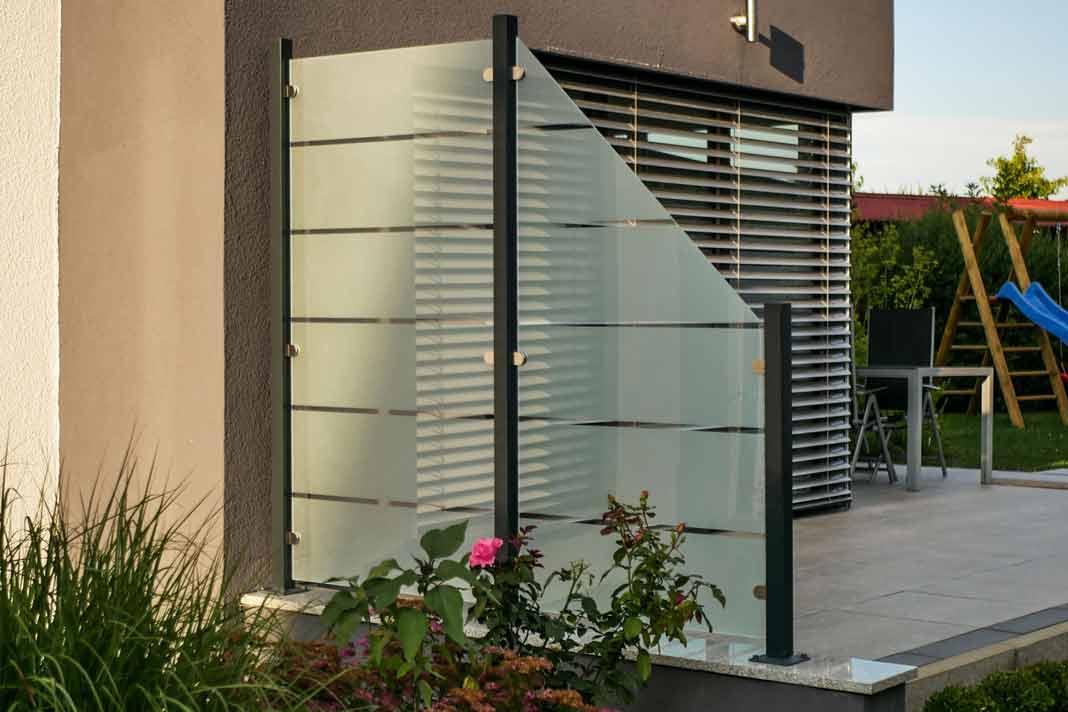Windschutz und Sichtschutz für die Terrasse aus Glas. » LIVVI.DE