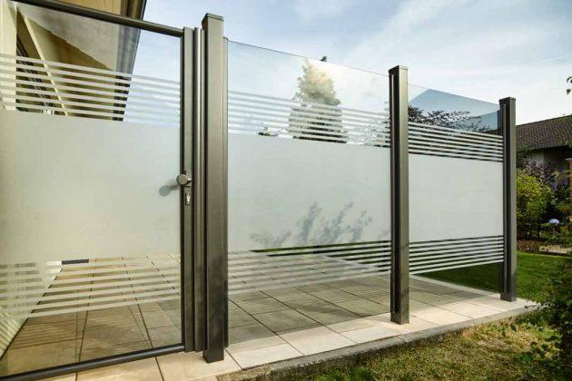 Halbtransparenter Windschutz aus Glas mit Tür