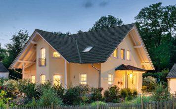 Auch in romantischer Abendstimmung kommt das Einfamilienhaus gut zur Geltung.