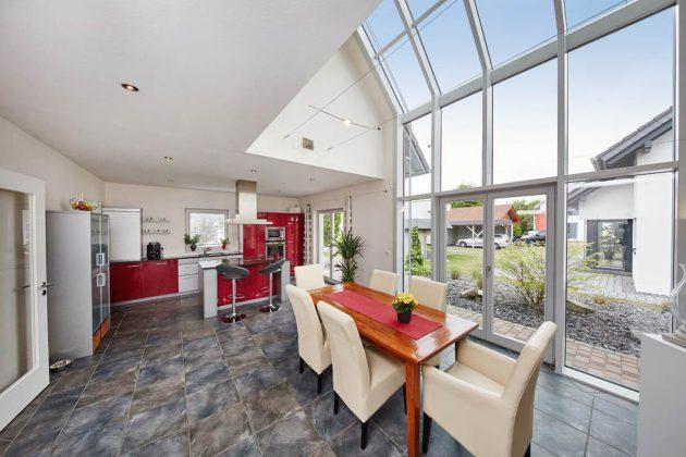Bodentiefe Fenster, Glaserker, Wintergärten – Bauherren bevorzugen großzügige Ausblicke und viel Tageslicht in den Räumen. Das Musterhaus zeigt, wie es gehen kann.