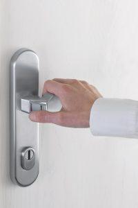 """Der in den Beschlag integrierte Fingerscanner erlaubt das """"Aufschließen"""" und Öffnen der Haustür in einer Bewegung. Foto: Hoppe"""