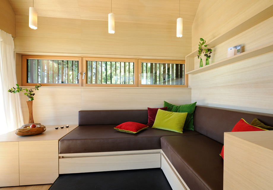 Die gemütliche Sofaecke im Haus am Wald. Foto: Günter Standl