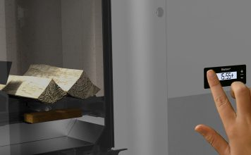 Der vollautomatische Ofen lässt sich nicht nur, was die Zündung angeht, vorprogrammieren; er regelt auch selbstständig eine optimale Verbrennung. Foto: Rika
