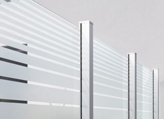 Als Windschutz für die Terrasse gibt es viele Möglichkeiten. Elemente aus Glas bieten sich dazu auch an. Foto: Sprinz