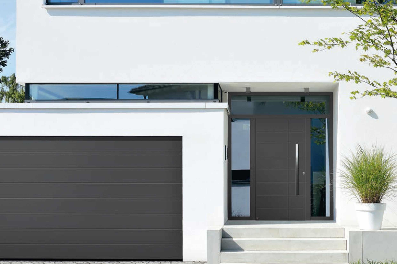 Haustür und Garagentor sind optisch aufeinander abgestimmt.