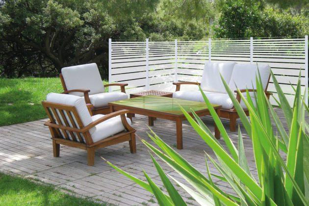 Elemente aus bedrucktem Sicherheitsglas trennen die Terrasse ästhetisch und funktional ab.