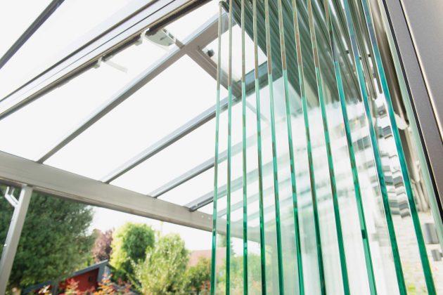 Rundum verglast können bei schlechtem Wetter die Seiten fest verschlossen werden, ohne die Sicht auf den Garten zu verdecken.