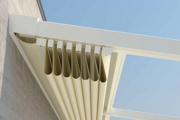 """Der Behang einer """"Cabrio-Markise"""" für die Terrasse legt sich beim Öffnen in elegante Falten."""