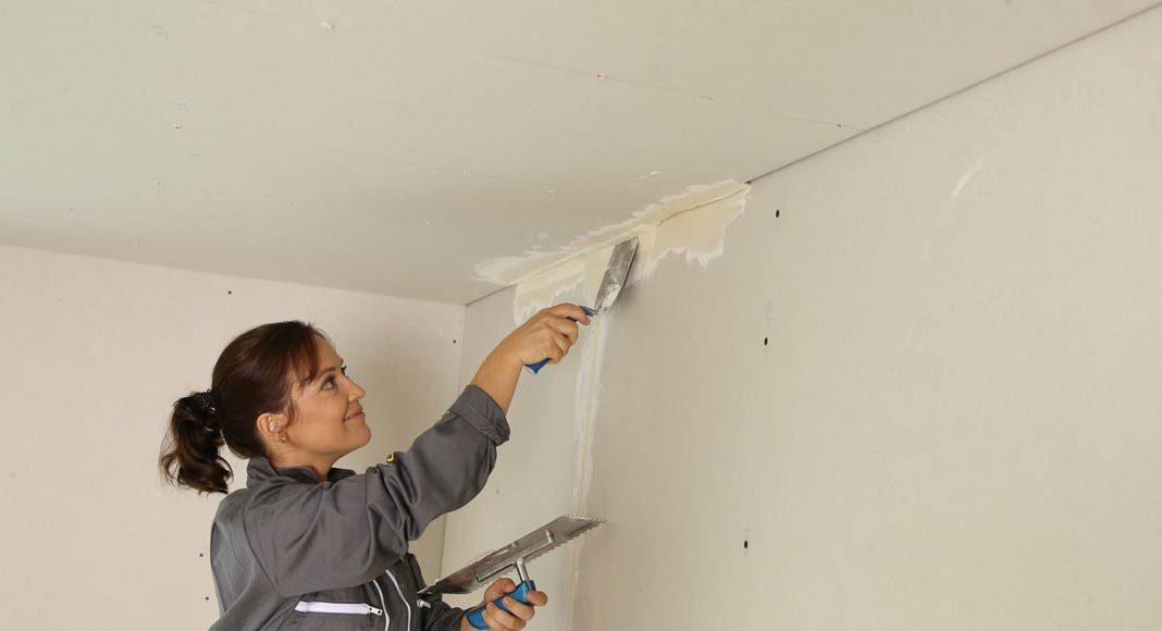 Gerade typische Ausbauarbeiten wie Tapezieren oder das Verlegen von Laminatboden entlasten das Baubudget.