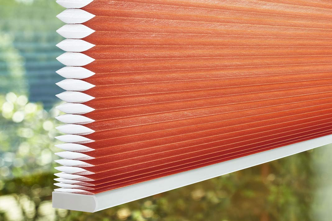 DUETTE® Wabenplissee schützt auf seine ganz eigene Weise vor Wärmeverlust am Fenster.