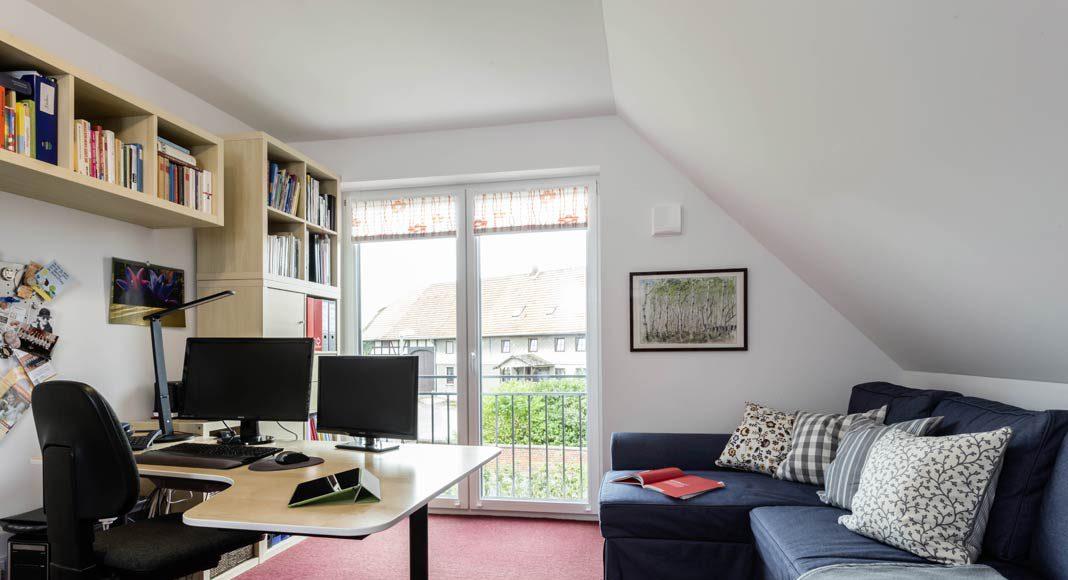 Durch die bodentiefen Fenster gelangt auch ins Arbeitszimmer viel Tageslicht.