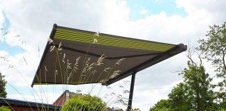 """Der Markisenschirm """"planet"""" ist eine Kombination aus Markise und Sonnenschirm. Er spendet großflächigen Schatten, ob am Pool, im Garten oder auf großen Terrassen. Foto: Markilux"""