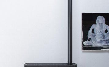 Der schmale Pelletofen kann auch gut bei beengten Platzverhältnissen aufgestellt werden. Foto: MCZ