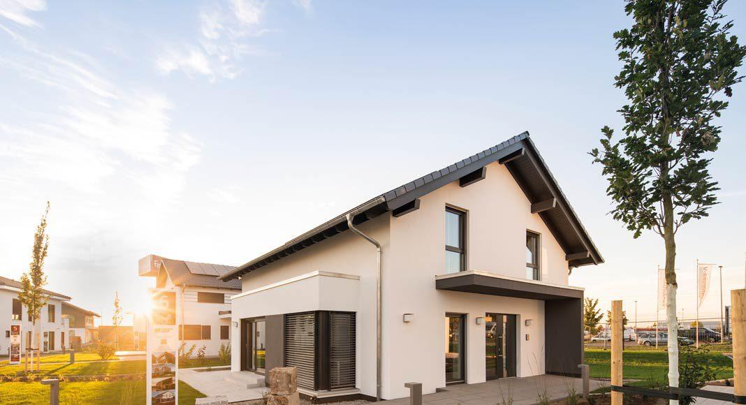 Das Musterhaus präsentiert sich als Satteldachklassiker mit vielen spannenden Detaillösungen.