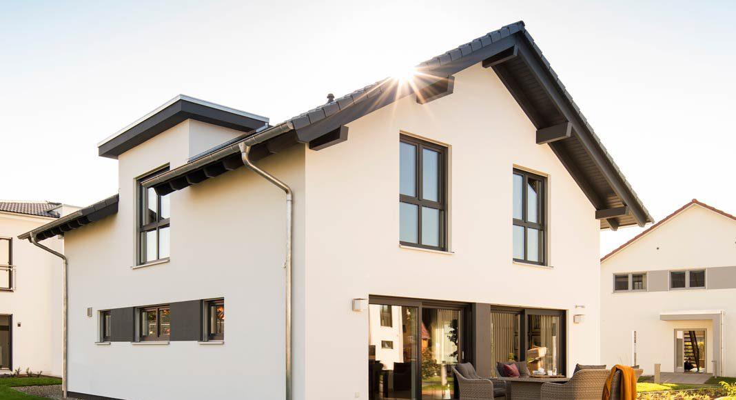 Die große Flachdachgaube schafft im Dachgeschoss mehr Platz und mehr Stehhöhe und prägt die Architektur.