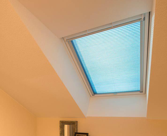 Die Ankleide wird durch ein modernes Dachflächenfenster belichtet, dessen Glas eine automatische Sonnenschutzfunktion beinhaltet.